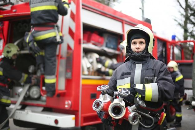 Vrouwelijke brandweerman in actie