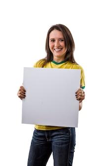 Vrouwelijke braziliaanse ventilator met een leeg bord, op een witte ruimte.