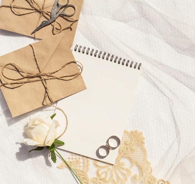 Vrouwelijke bruiloft arrangement met kladblok close-up