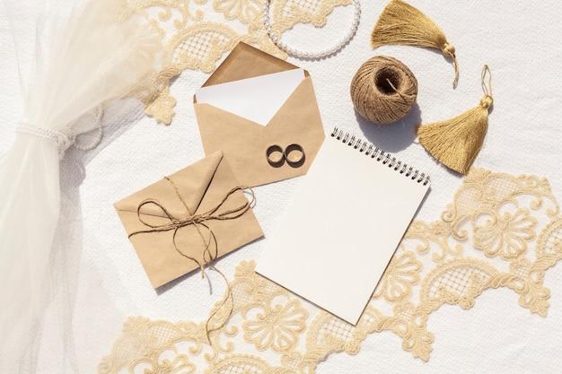 Vrouwelijke bruiloft arrangement met lege kladblok