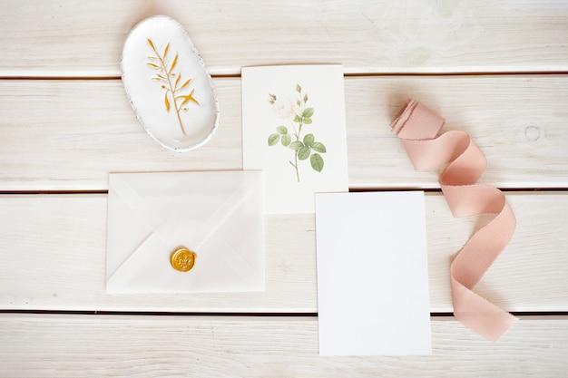 Vrouwelijke bruiloft desktop met blanco papier kaart en eucalyptus populus tak op witte armoedige tafel tafel. lege ruimte. gestileerde stockfoto, webbanner. plat lag, bovenaanzicht.