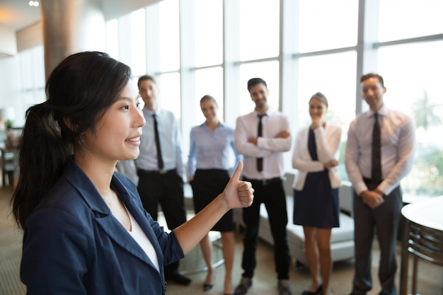 Vrouwelijke business leader met duim omhoog