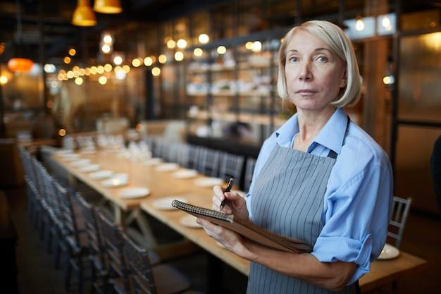 Vrouwelijke cafe manager