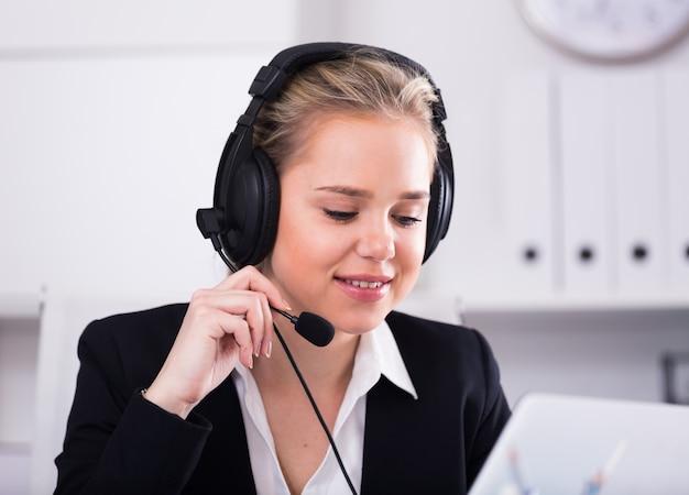 Vrouwelijke call center operator werkt