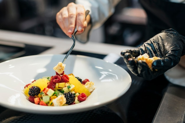 Vrouwelijke chef-kok bijpassende schotel