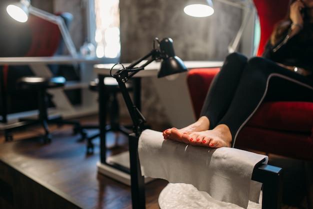 Vrouwelijke cliënt op pedicureprocedure, schoonheidssalon