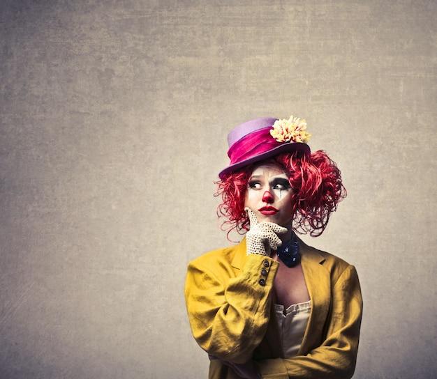 Vrouwelijke clown zich afvraagt
