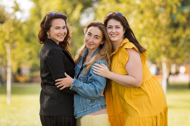 Vrouwelijke collega's die samen poseren