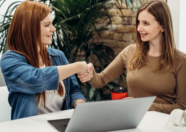 Vrouwelijke collega's die samenwerken aan een project