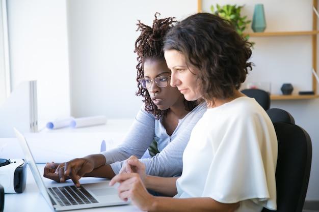 Vrouwelijke collega's kijken naar presentatie