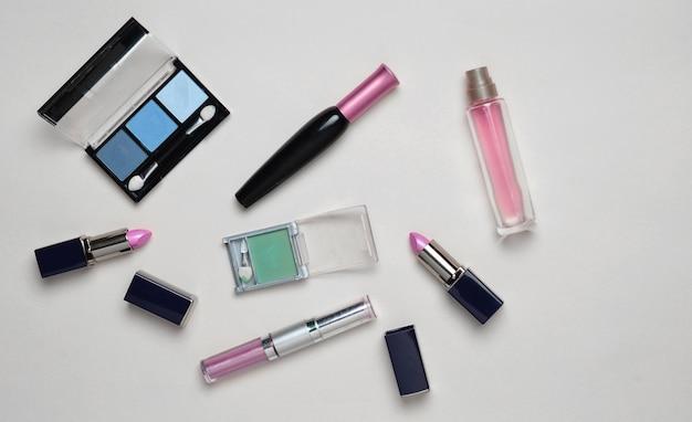 Vrouwelijke cosmetica voor make-up lay-out op een pastel
