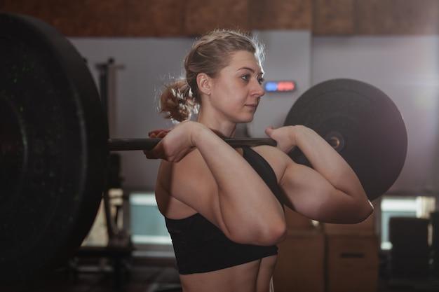 Vrouwelijke crossfit atleet uit te werken