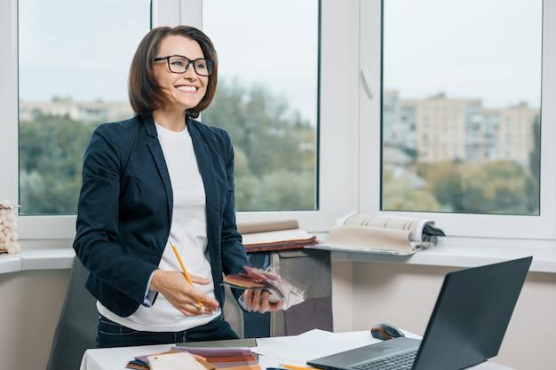 Vrouwelijke decorateur interieurontwerper op de werkplek