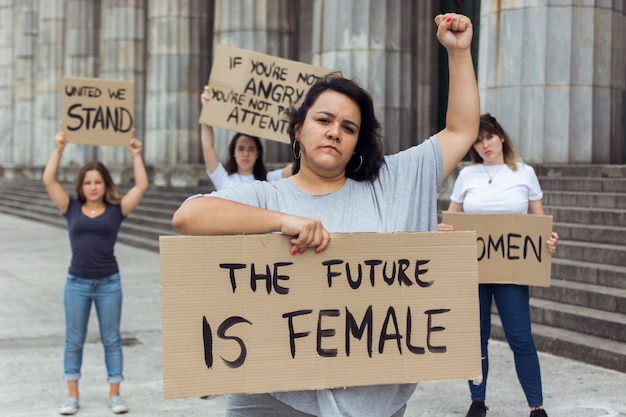 Vrouwelijke demonstranten demonstreren samen voor rechten
