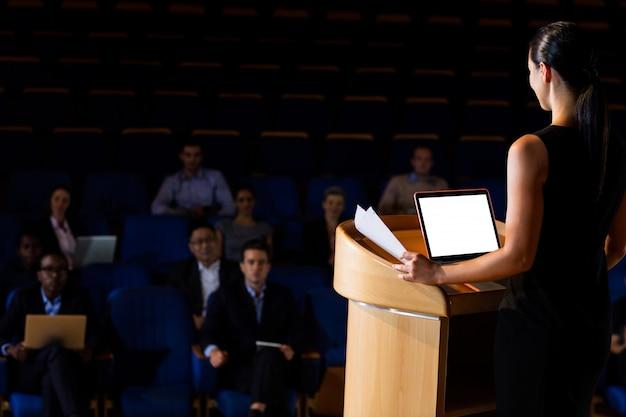 Vrouwelijke directeur die een toespraak houdt