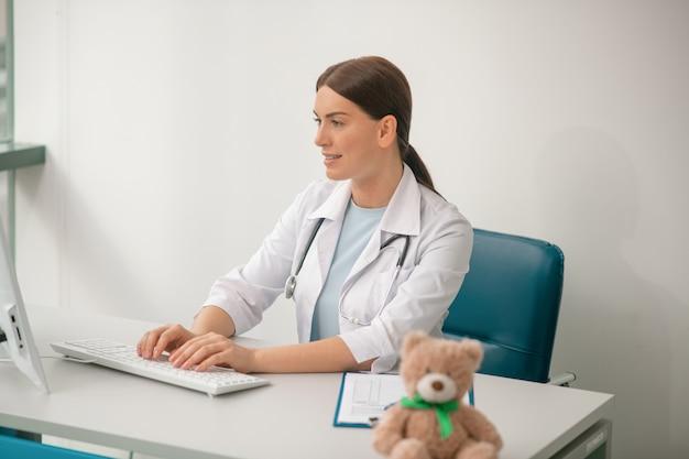 Vrouwelijke dokter. een foto van een donkerharige vrouwelijke arts in een wit gewaad