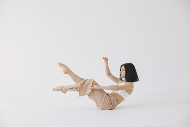 Vrouwelijke eigentijdse stijl balletdanser. vrouw in een dansstudio.