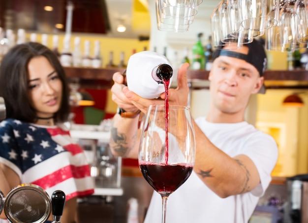 Vrouwelijke en mannelijke barmannen op het werk