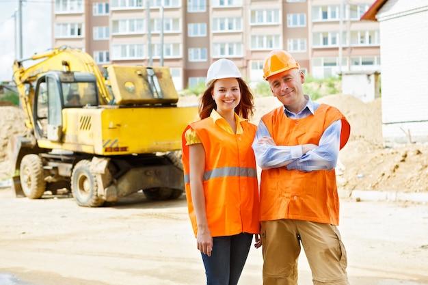 Vrouwelijke en mannelijke bouwvakkers