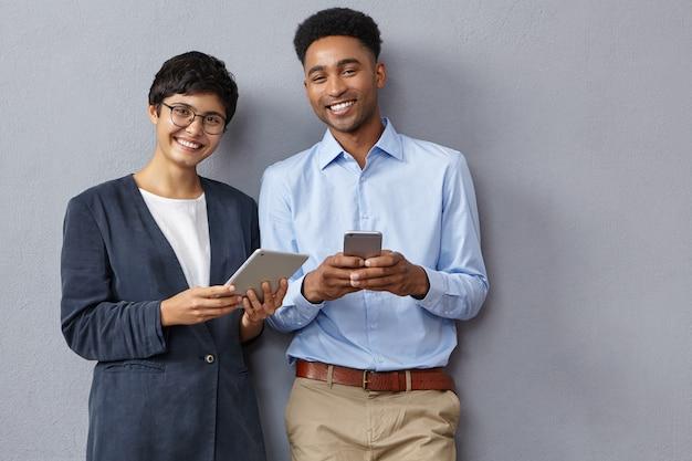 Vrouwelijke en mannelijke ondernemers ontmoeten elkaar op kantoor