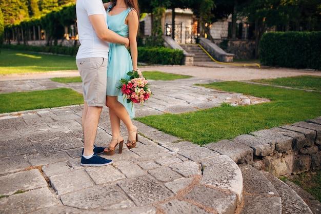 Vrouwelijke en mannelijke voeten op gras