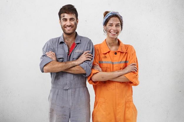 Vrouwelijke en mannelijke werknemers die werkkleding dragen