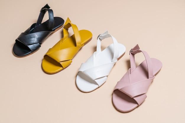 Vrouwelijke en vrouwelijke lederen sandalen met slingback