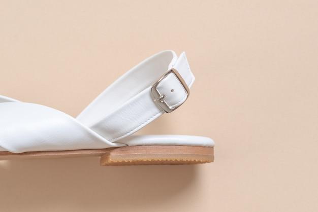 Vrouwelijke en vrouwelijke lederen sandalen