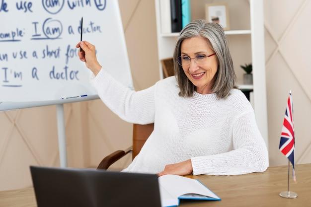 Vrouwelijke engelse lerares die online lessen doet