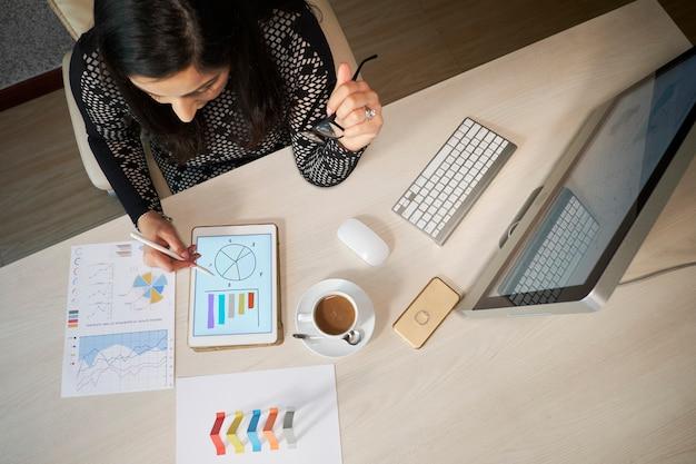 Vrouwelijke financiële manager werken