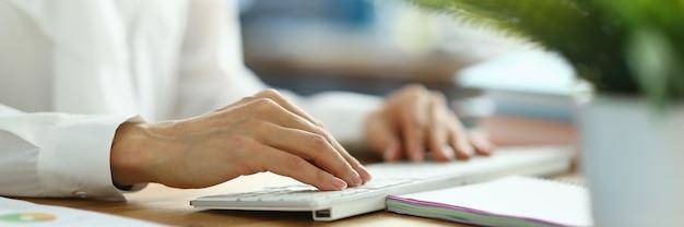 Vrouwelijke financier bezig met toetsenbord close-up