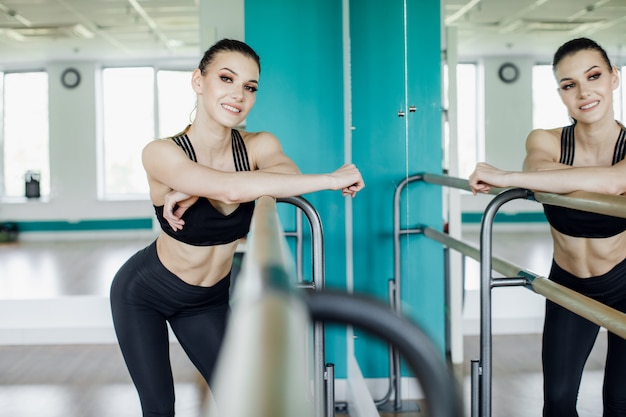 Vrouwelijke fitness instructeur sport training oefening klasse concept.