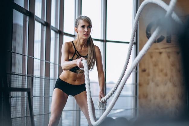 Vrouwelijke fitnesstrainer in de sportschool