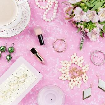 Vrouwelijke flat lag met damesmode accessoires, lingerie, sieraden, cosmetica, koffie en bloemen. bovenaanzicht