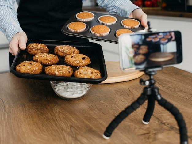 Vrouwelijke foodblogger die thuis streamt