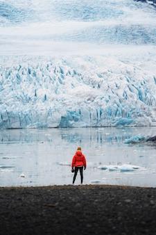Vrouwelijke fotograaf bij de gletsjer fjallsjökull in ijsland