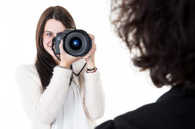 Vrouwelijke fotograaf die beeldenportret van vrouw neemt