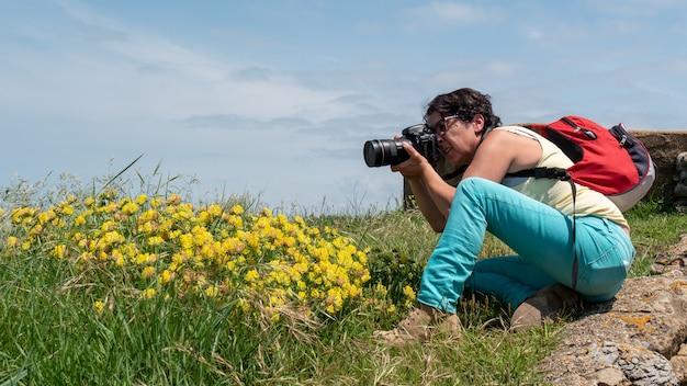 Vrouwelijke fotograaf die een foto neemt, in openlucht