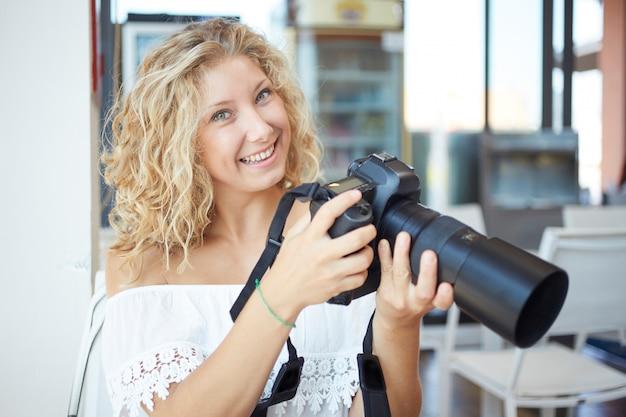 Vrouwelijke fotograaf die in stedelijke omgeving werkt
