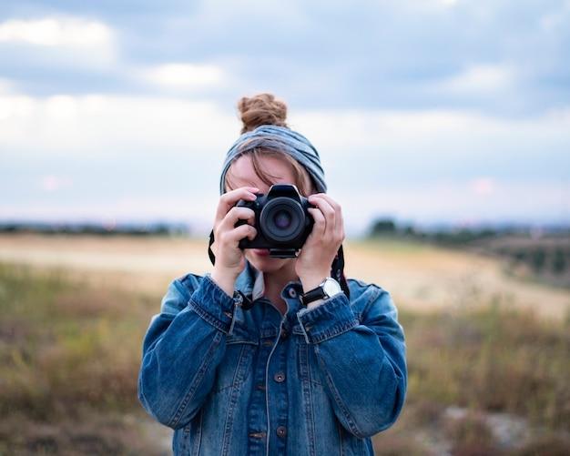 Vrouwelijke fotograaf, een foto nemen in de natuur close-up,