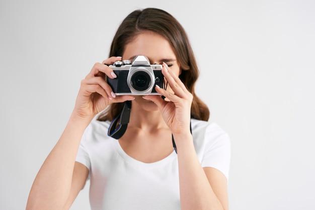 Vrouwelijke fotograaf met camera fotograferen