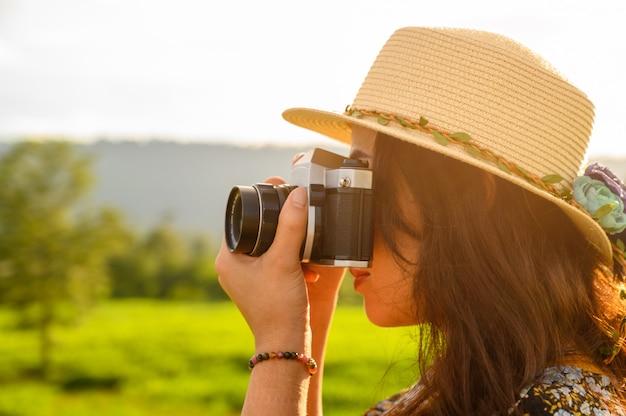 Vrouwelijke fotografen reizen de natuur van de zonsondergang en nemen foto's
