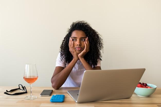 Vrouwelijke freelancer die laptop thuis met behulp van