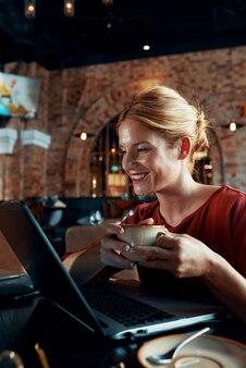 Vrouwelijke freelancer werken in café