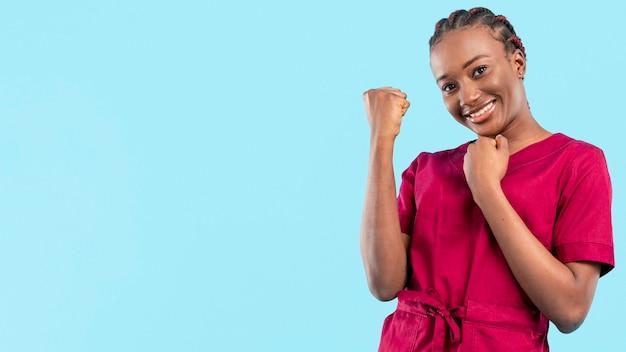 Vrouwelijke gelukkig en arts die zijn toejuichen