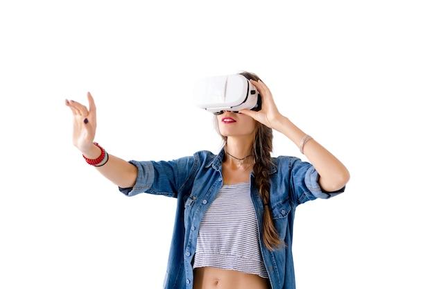 Vrouwelijke gesticuleren met behulp van vr-bril
