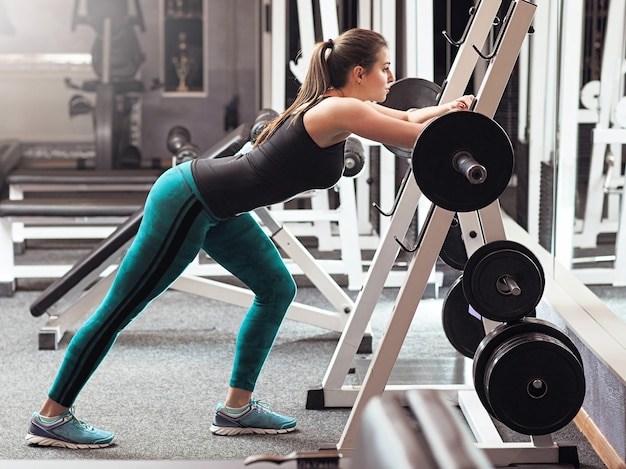 Vrouwelijke gewichtheffer training in de sportschool