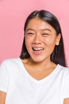 Vrouwelijke gezichtsuitdrukking die geluk toont