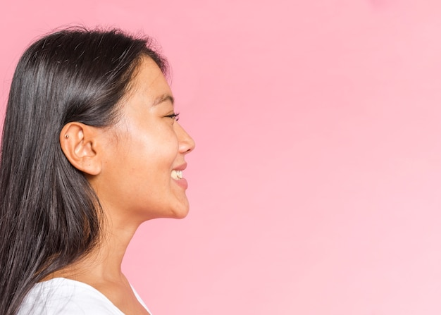 Vrouwelijke gezichtsuitdrukking die geluk zijdelings toont