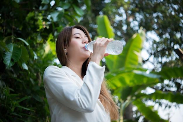 Vrouwelijke gezonde mooie minerale drinken